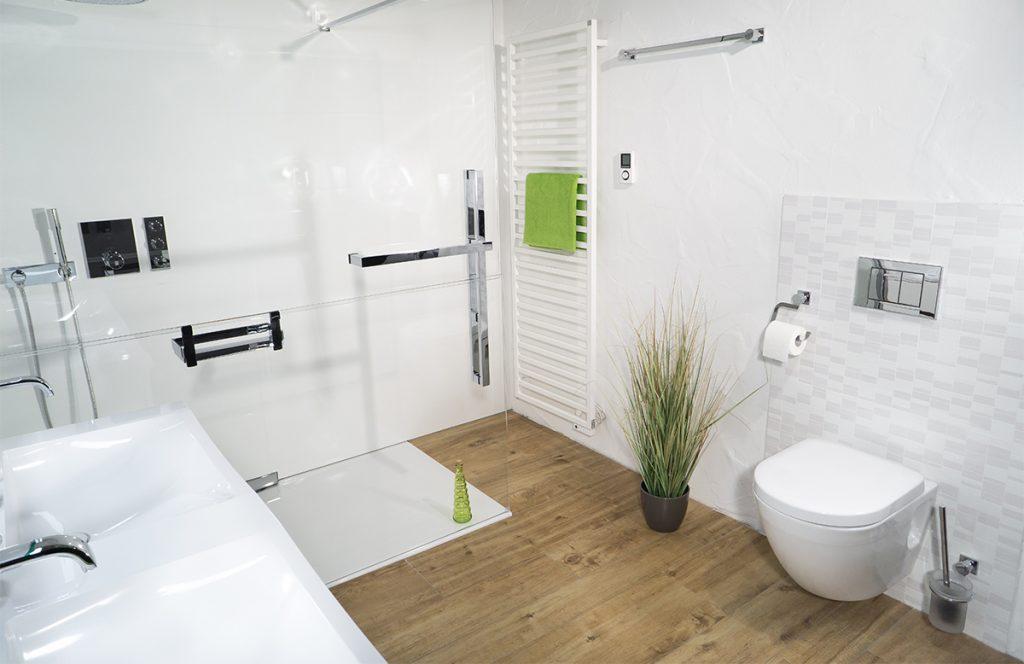Modernes Bad mit großer Rainshower-Dusche - die 360°HzweiO Bäderausstellung in Planegg